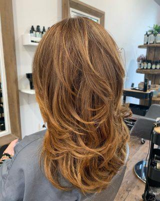 Color peluqueria logroño con Oleo y barros en puntas. Peinado con puntas movidas