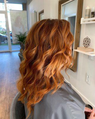 Trabajo de barro cobrizo peinado con ondas